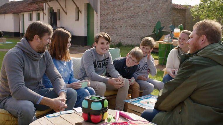 Dominque Van Malder (rechts) bij de familie Verleyen. Beeld Play4