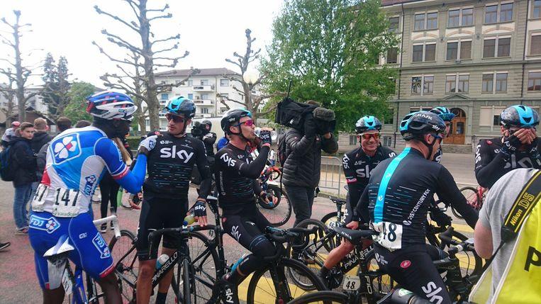 Gianni Moscon ging na afloop van een rit de Ronde van Romandië zwaar in discussie met Kevin Reza van FDJ.