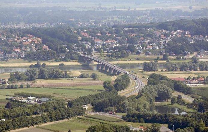 Er staan vaak files op weg nar de Rijnbrug tussen Ochten/Kesteren en Rhenen. Dat noet minder worden.