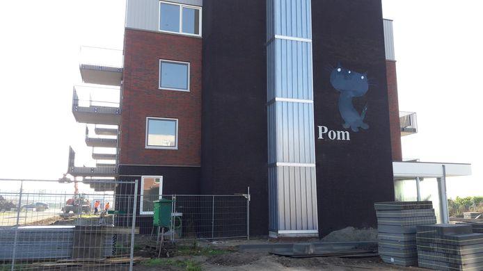 Poes Pom valt een beetje weg tegen de donkere stenen van één van de twee nieuwe woongebouwen aan het Fiep Westendorpplein in Zaltbommel.
