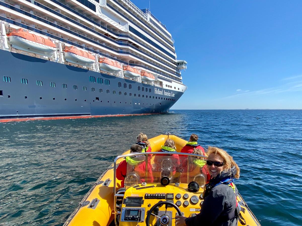 Een bijna mediterraan tafereel: Katinka Puglia vaart met haar RIB-bootje langs het cruiseschip Nieuw Satendam voor de kust van Scheveningen.