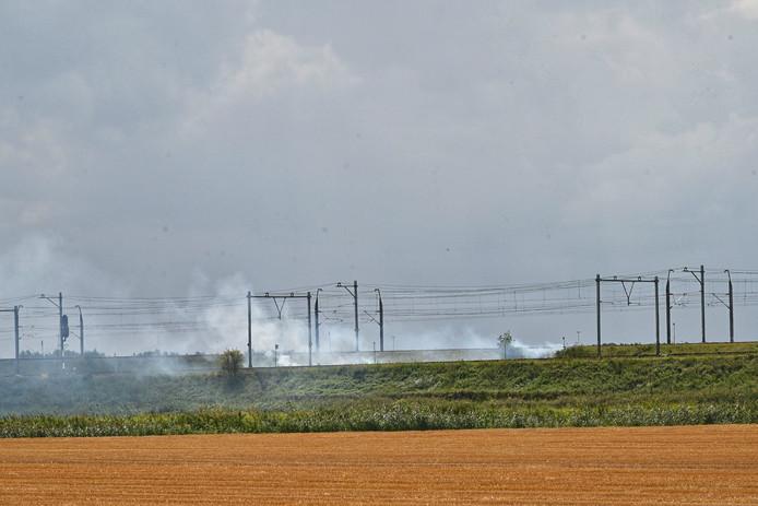 Bermbrand naast het spoor bij Lage Zwaluwe.