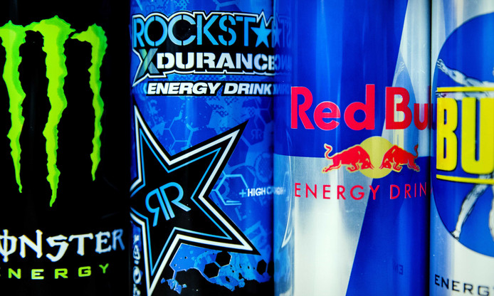 Blikjes van de merken Monster Energy, Red Bull, Bullit en Rockstar Energy Drink.