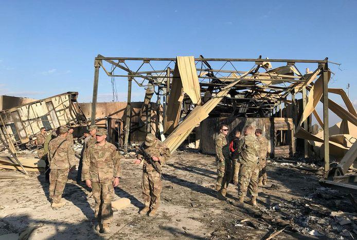 Amerikaanse soldaten nemen de schade op van een Iraanse raket die vorig jaar in januari de luchtbasis van Ain al-Asad in Irak raakte. Archiefbeeld.