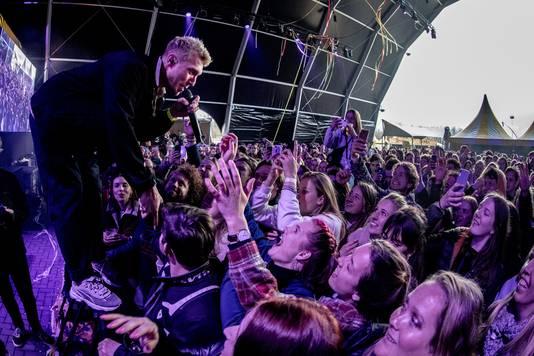 De Haarlemse band Chef'Special met leadzanger Joshua Nolet tijdens popfestival Back To Live. Ook dit was een Fieldlab-evenement.