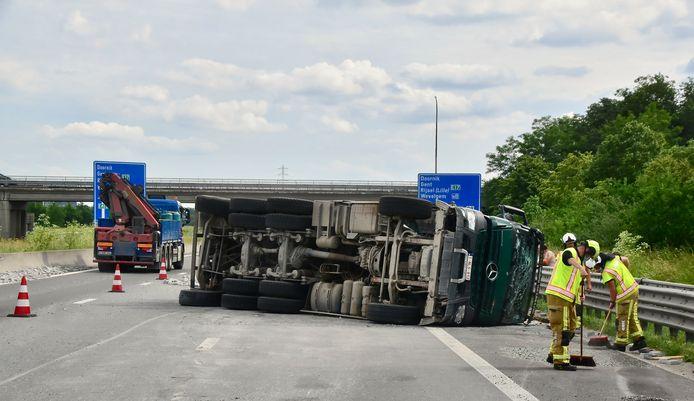 Nadat een vrachtwagen een klapband kreeg op de E403 in Moorsele, kantelde het gevaarte. Twee rijstroken waren versperd.