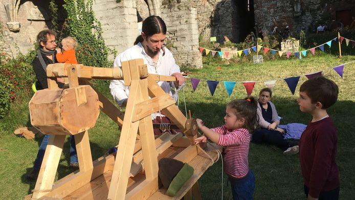 Middeleeuwse werktuigen zijn zelfs voor kleuters boeiend