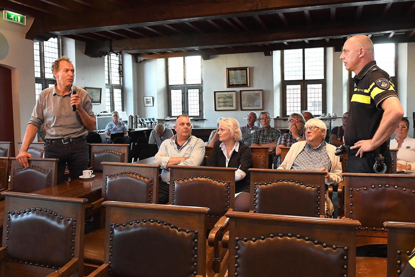 Jack van Bergen (CDA) stelt een vraag aan teamchef Jan de Rooij.