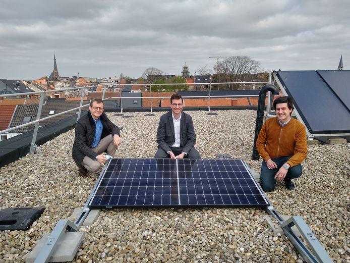 Op het dak van WZC De Gerda in Sint-Niklaas, waar 296 zonnepanelen zijn geplaatst.