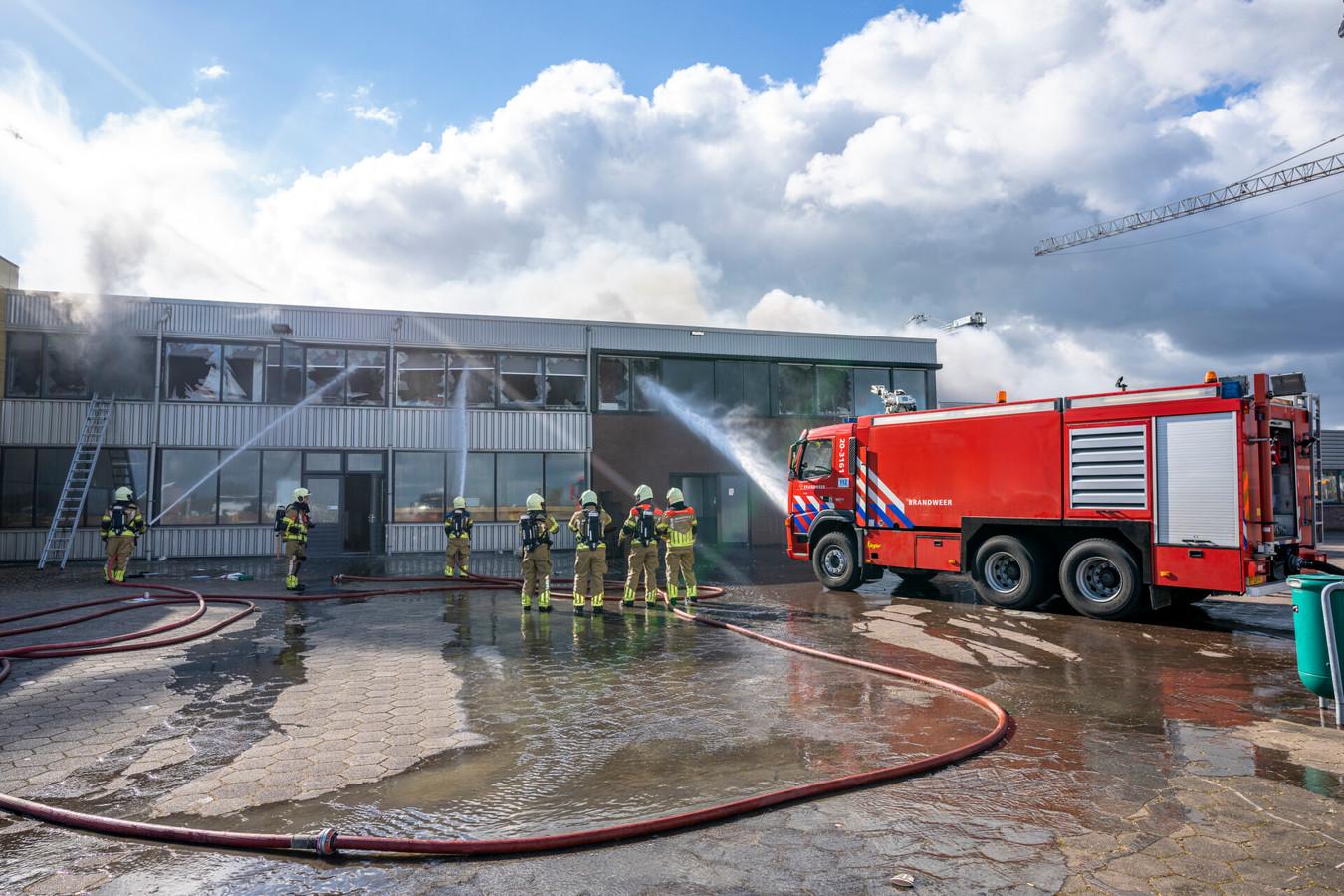 Bij een appartement boven een bedrijf aan de Beatrixhaven in Werkendam was zondagochtend een grote brand uitgebroken. De brand breidde uit naar een naastgelegen appartement en het onderliggende bedrijf.