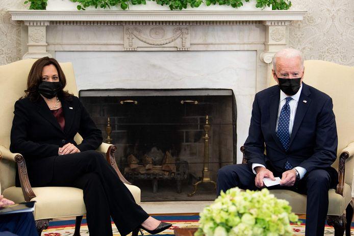 VS-president Joe Biden en en vicepresident Kamala Harris in het Oval Office.