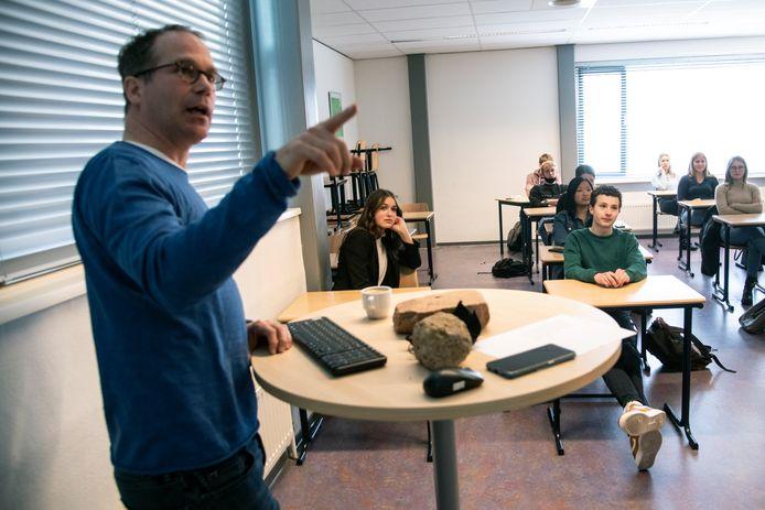 Geschiedenisleraar Martijn Vermeulen met de leerlingen van de havo 5-klas.
