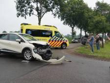 Stevige botsing in Staphorst: auto belandt op de kant naast de weg