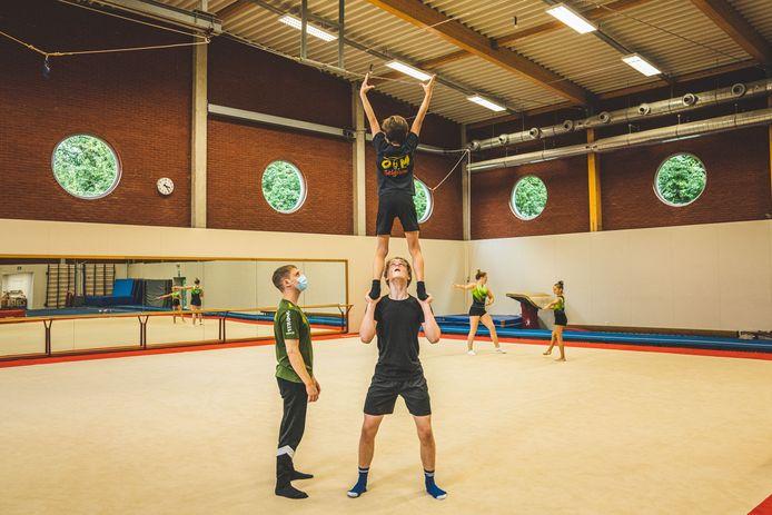 Karsten en Emiel Emma en Jolien trainen voor het EK Jeugd Acrobatische Gymnastiek in Pesaro eind september.