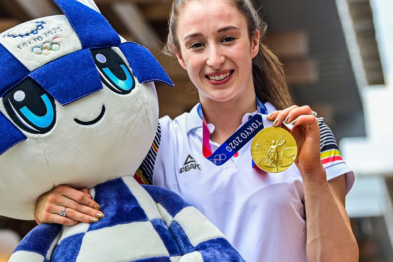 Nina Derwael met haar gouden medaille in Tokio.