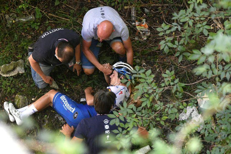 Remco Evenepoel stort in de Ronde van Lombardije in een ravijn. Beeld AP