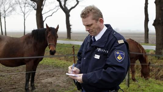 Animal cop aan het werk.