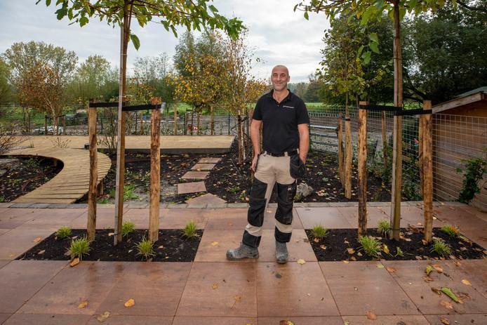 Leon Verdoes is maar wat trots op de tuin.