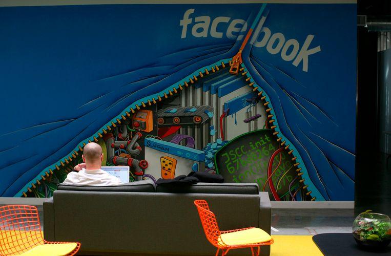 Een werknemer van Facebook aan het werk. De nieuwe werkplek is goed voor de concurrentieslag om getalenteerd personeel tussen hightech-bedrijven in Sillicon Valley zoals Google, zo is de gedachte.<br /> Beeld REUTERS