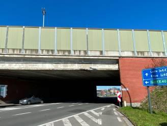 Vrachtwagen schampt onderkant snelwegbrug Oudenaardsesteenweg en pleegt vluchtmisdrijf
