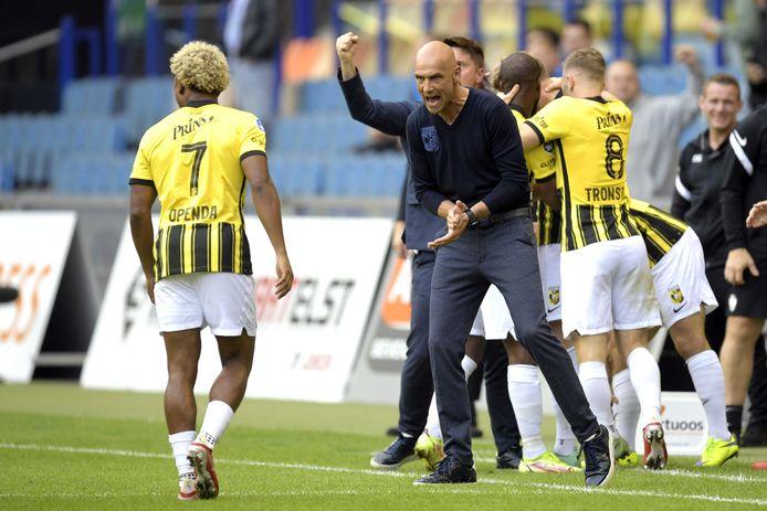 2021-08-26 19:02:04 ARNHEM - Vitesse coach Thomas Letsch viert de 1-0 tijdens de UEFA Conference League play-offs wedstrijd tussen Vitesse Arnhem en RSC Anderlecht in het Gelredome op 26 augustus 2021 in Arnhem, Nederland. ANP GERRIT VAN KEULEN