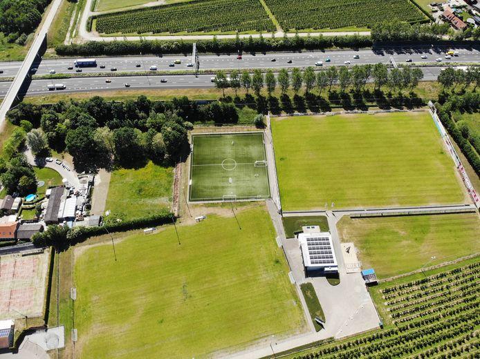 Het complex van WNC, pal langs de A2. Als de sponsors door meer geluidswallen niet meer zichtbaar zijn vanaf de snelweg, heeft dat flinke financiële consequenties voor de club.