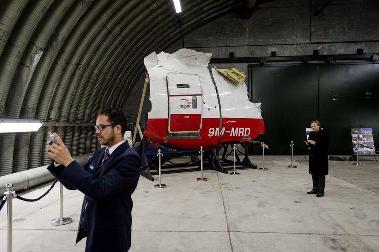 2015-10-13 15:06:42 RIJEN - Hangar met diverse brokstukken van de MH17 te bezoeken voor de pers na de presentatie van het rapport van de Onderzoeksraad voor Veiligheid (OVV) met de resultaten van het onderzoek naar de oorzaak van de ramp met vlucht MH17. Bij de ramp met het toestel kwamen alle 298 inzittenden om het leven, van wie 196 Nederlanders. ANP ROBIN VAN LONKHUIJSEN Beeld ANP