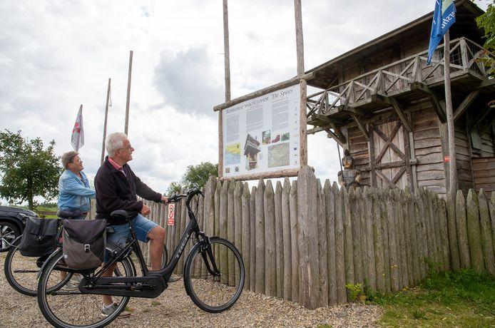 Jan en Alie van de Pol uit Veenendaal  nemen in Opheusden kennis van de Romeinse Limes bij de nagebouwde wachttoren