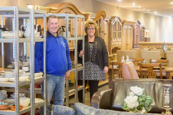 Leo Matthijsen en Lenie Schaefer in hun tweede kringloopwinkel.