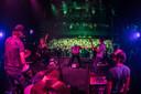 Een volle zaal bij Poppodium 013 in Tilburg tijdens een optreden van De Dijk. Daar kunnen poppodia en concertzalen momenteel alleen maar van dromen.