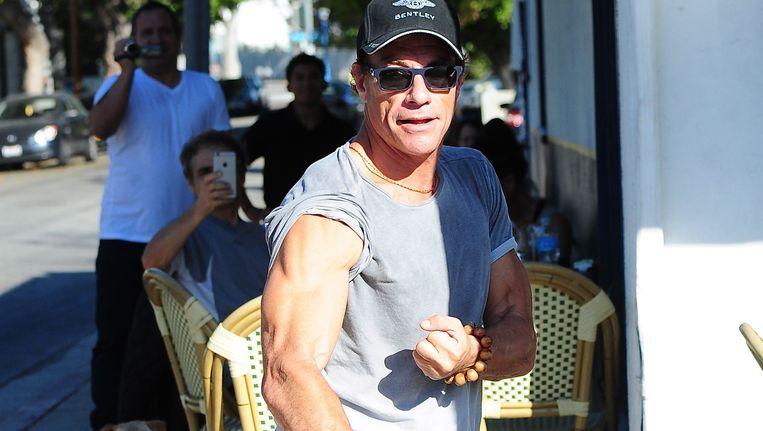 Jean Claude Van Damme toont zijn spieren in Beverly Hills Beeld PHOTO_NEWS