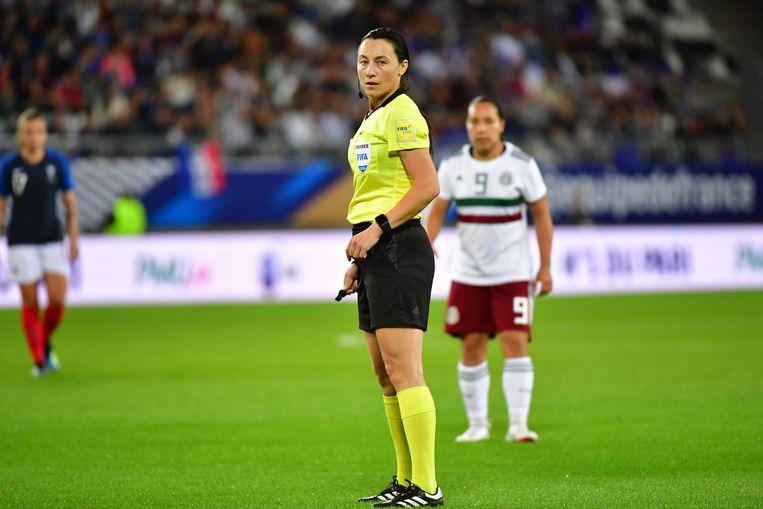 Irina Lyussina behaalde in 2017, na amper vier seizoenen, haar FIFA-badge als scheidsrechter. Ze floot datzelfde jaar de interland Frankrijk-Mexico. Beeld BELGAIMAGE