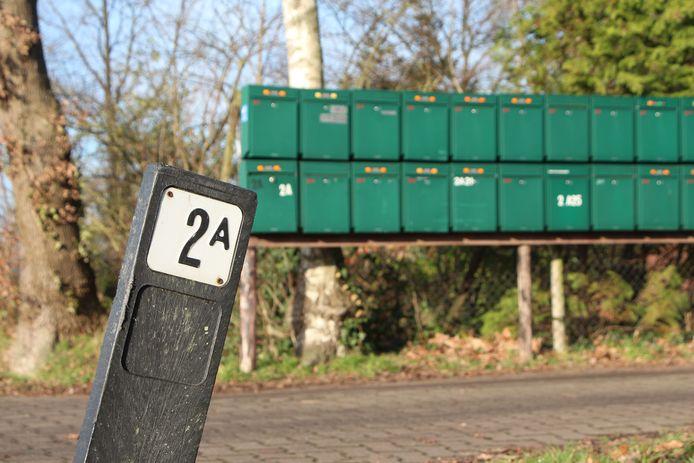 Bij recreatiepark Noordijkerveld is sprake van één huisnummer voor het complex. Elk huisje heeft een eigen volgnummer en brievenbus.