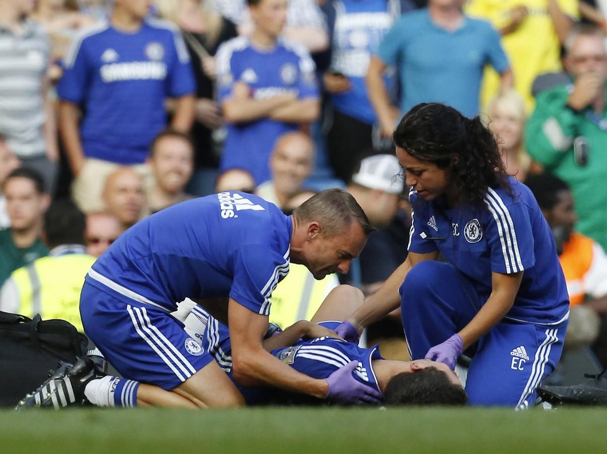 Eva Carneiro en fysiotherapeut Jon Fearn buigen zich over de geblesseerd geraakte Eden Hazard, tijdens het duel tussen Chelsea en Swansea City op 8 augustus. (archiefbeeld)