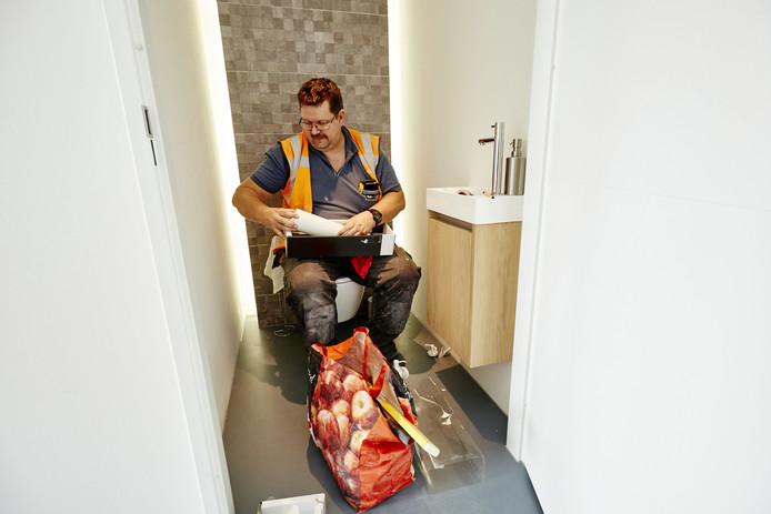 Ook aan de toiletten wordt de laatste hand gelegd. En dat kan ook zittend.