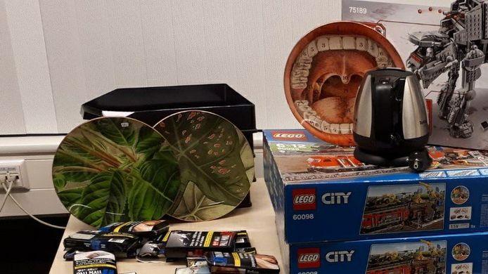 Gestolen spullen die de politie vond in een auto.