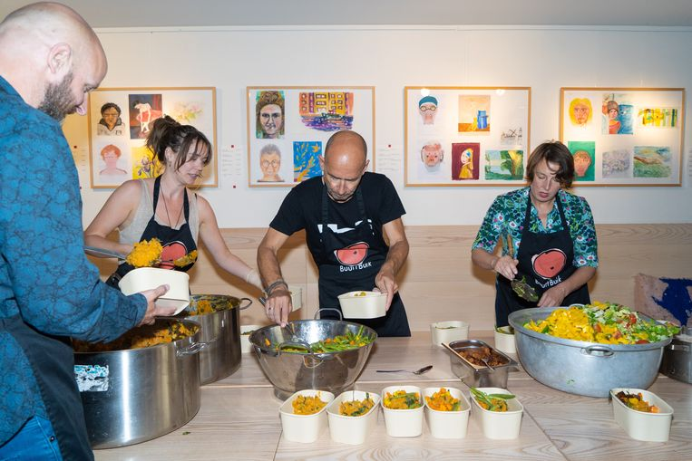 Bij stichting BuurtBuik maken vrijwilligers al jaren gratis maaltijden van 'gered' voedsel. Beeld Birgit Bijl