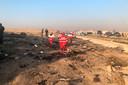 Hulpverleners doen onderzoek op de plek waar het toestel neer is gekomen.