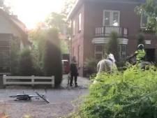 Agenten met paarden en honden pakken internationaal gezochte man in Apeldoornse achtertuin
