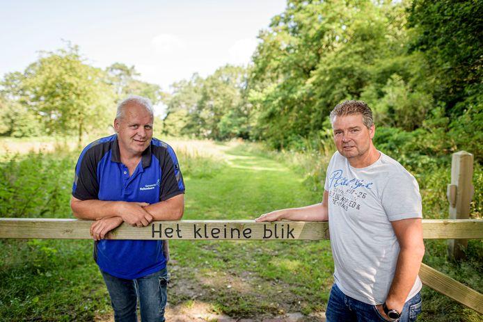 Natuurbegraafplaats Het kleine Blik is nu ruim een jaar geopend. Rechts initiatiefnemer Edwin Bouwmeester, naast hem beheerder Ronald Meenderink.