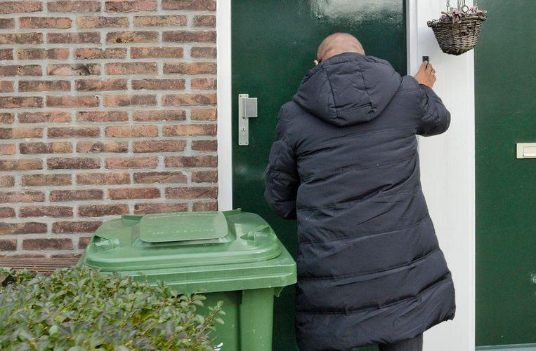 Deurwaarder Wilfred Kols belt aan in Rotterdam. Beeld Otto Snoek