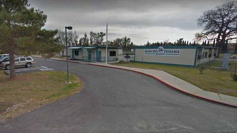 Bij een schietpartij in de buurt van deze basisschool in het noorden van de Amerikaanse staat Californië zijn zeker drie doden gevallen. Beeld Twitter