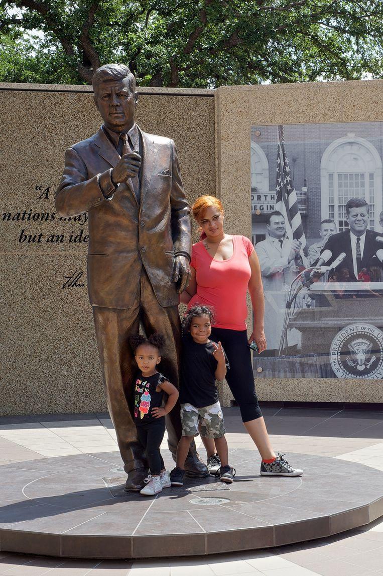 Poseren bij het bronzen beeld van John F. Kennedy (vlak bij het hotel waar hij zijn laatste nacht doorbracht). Beeld Theo Stielstra