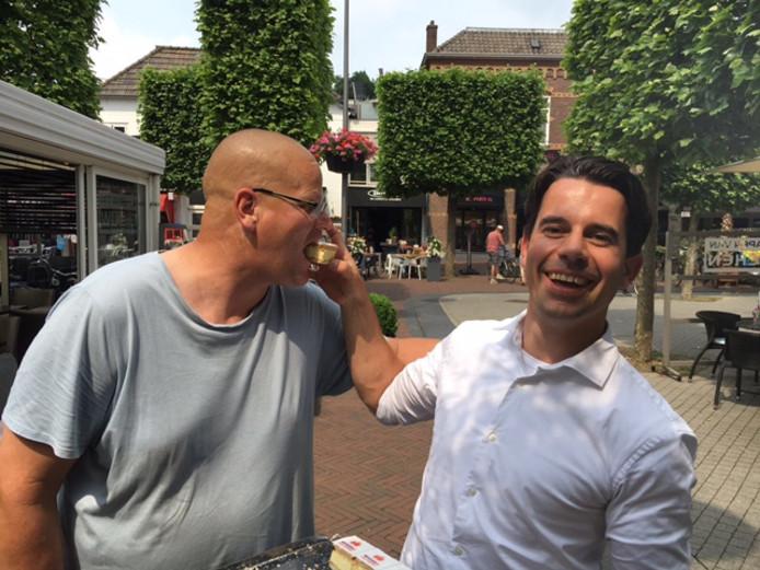 De naamsverandering van WijchenIS naar Wijchen= werd gevierd met een gebakje.