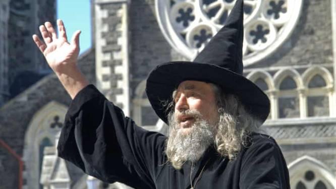 Nieuw-Zeeland stuurt nationale tovenaar (88) na 23 jaar de laan uit