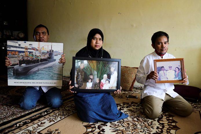 Nabestaanden met foto's van Harry Setiawan, commandant van de gezonken duikboot.