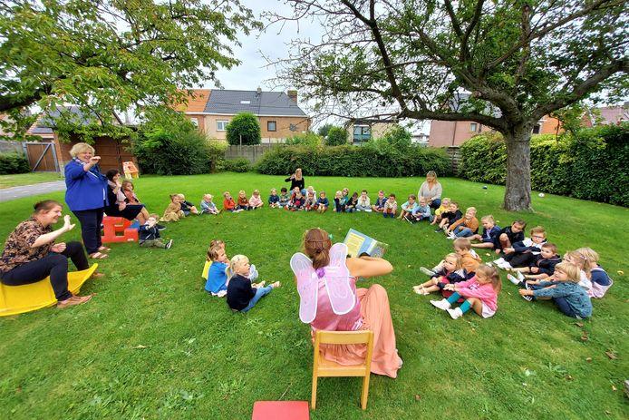 Op de vestiging Heiplas van de Stella Matutina Kleuterschool Lede kwam de boekenfee al enkele boeken voorlezen.