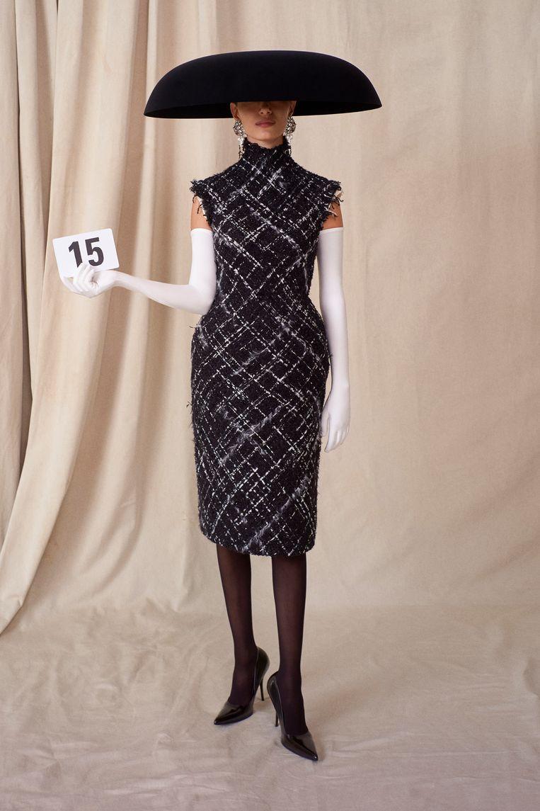 Tweedjurk, tricot operahandschoenen en fluwelen hoed van Philip Treacy voor Balenciaga Couture. Beeld