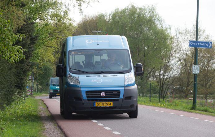 De buurtbus van lijn 505 op de Slaperdijk bij Veenendaal.