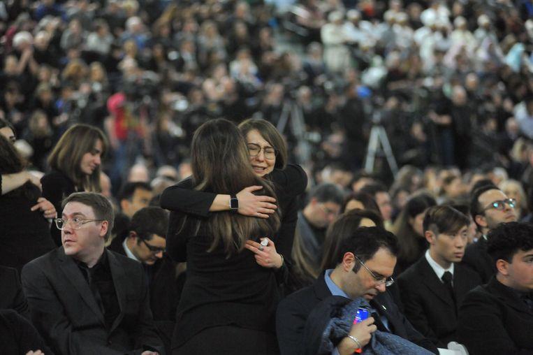 Nabestaanden zoeken steun bij elkaar tijdens een herdenkingsdienst op 12 januari, in Edmonton, Canada. Beeld AFP